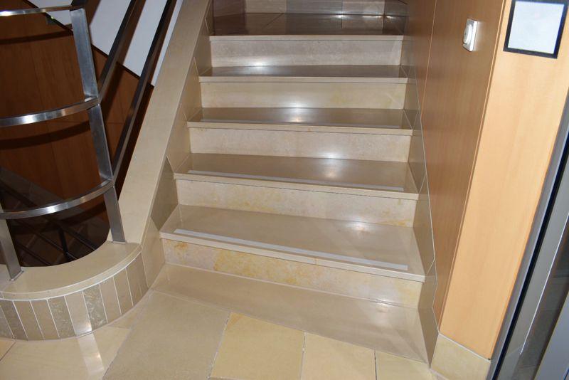 treppenhaus mit solnhofer platten reinigung finalit m nchen. Black Bedroom Furniture Sets. Home Design Ideas
